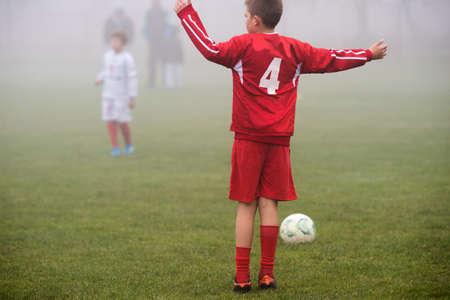 balones deportivos: muchachos patadas de fútbol en el otoño Foto de archivo