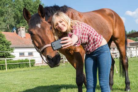 mooie vrouwen: meisje dat een selfie met zijn paard