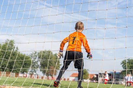 portero de futbol: poco portero de f�tbol con guantes Foto de archivo