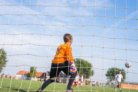 arquero de futbol: poco portero de fútbol con guantes Foto de archivo