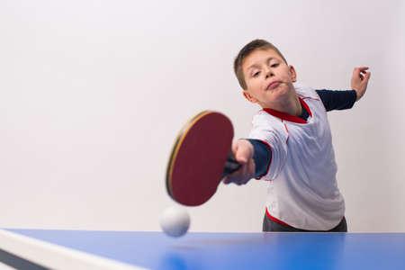 jugando tenis: niño pequeño jugar tenis de mesa Foto de archivo