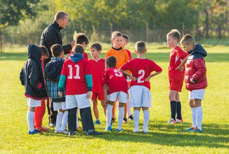 경기 전에 아이 축구 팀의 토론 스톡 콘텐츠 - 52399139