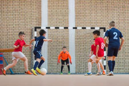 patada: Niños pateando pelota al gol