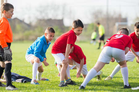 jugadores de futbol: Entrenamiento de fútbol para los niños en el campo de fútbol