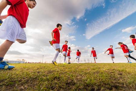 ejercicio equipo de fútbol de los niños en campo de fútbol