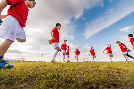 taladro: ejercicio equipo de fútbol de los niños en campo de fútbol Foto de archivo