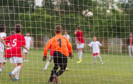arquero de futbol: muchacho portero defiende la meta