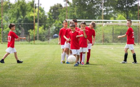 スポーツ フィールドで子供トレーニング サッカー