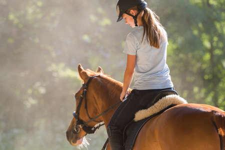 Jeune fille sur un cheval Banque d'images - 61115897
