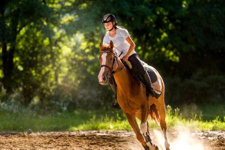 Chica joven que monta un caballo
