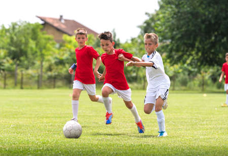jóvenes en el entrenamiento de fútbol en la cancha Foto de archivo