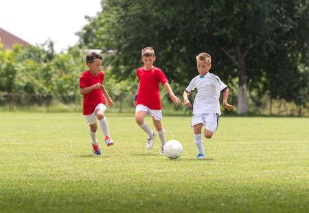법원에 축구 훈련에 어린 소년 스톡 콘텐츠