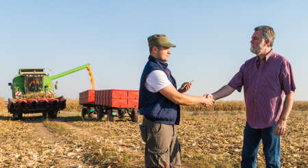 agricoltore felice dopo il raccolto di mais
