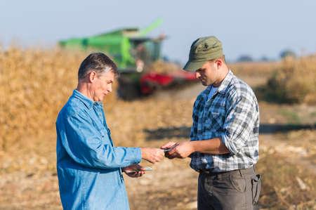 옥수수 수확 후 행복 젊은 농부