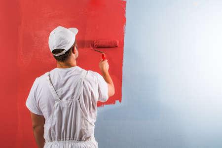 Jeune peinture murale de l'homme avec le rouleau Banque d'images