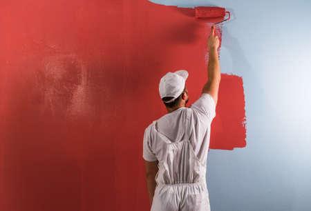 젊은 남자 롤러 페인팅 벽 스톡 콘텐츠