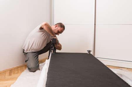 Möbelhersteller Setzt Bett Im Schlafzimmer Lizenzfreie Fotos, Bilder ...