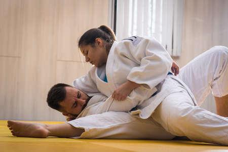 judo: jóvenes combatientes mujer y hombre judo en el pabellón de deportes Foto de archivo
