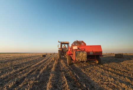 biomasa: Maquinaria agrícola expulsado bala de soja