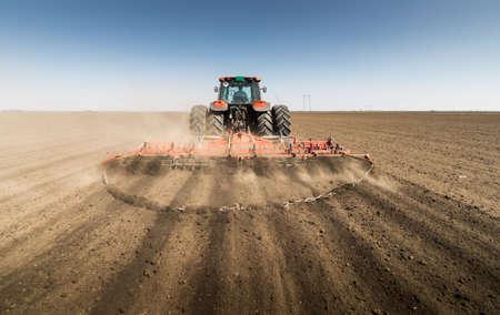 arando: Tractor preparar la tierra para la siembra