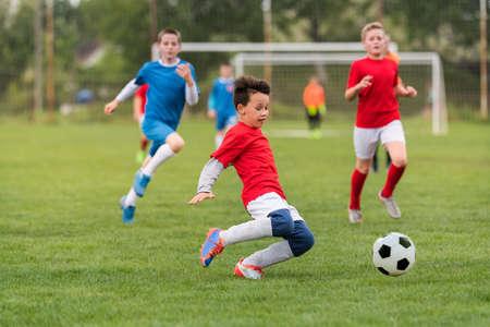 キッズ サッカー - サッカーのフィールドで幼児プレイヤー マッチ