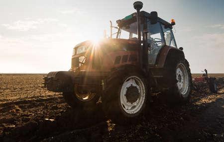 Traktory do orki ścierniska