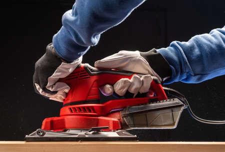 Electric sandpaper works with belt sander in carpentry Banque d'images - 136120318