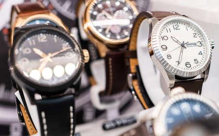 명품가게에 비싼 시계가 진열되어 있다.
