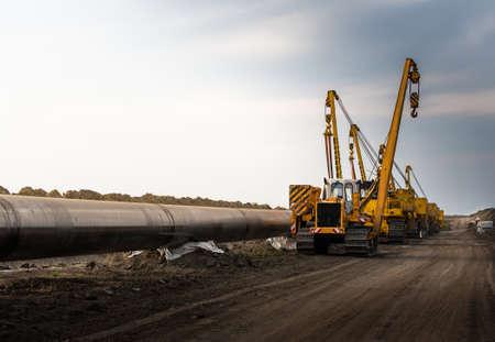 Bau einer neuen Ölpipeline.Maschine zum Verdrehen von Rohren (Rohrverlegekran) in einem Rohrleitungsbau. Standard-Bild