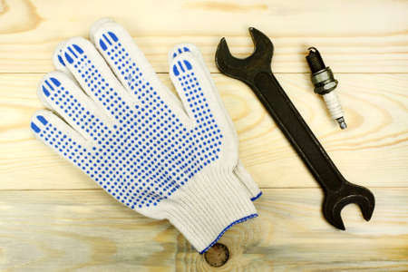 dismantle: Open-end wrenches with the spark plug and protective gloves