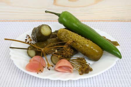 pickles: Salmueras en una placa Foto de archivo
