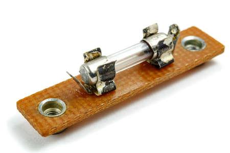 Fusible eléctrico vintage montado en el soporte sobre un fondo blanco