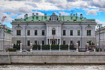 Moskau, Russland - 30. September 2018: Residenz des Botschafters von Großbritannien in Moskau gegen den blauen Himmel mit grauen Wolken am Herbsttag Editorial