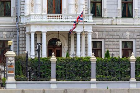 Moskau, Russland - 30. September 2018: Fassade der Residenz des britischen Botschafters gegen schwenkende britische Flagge am Sofiyskaya Damm in Moskau