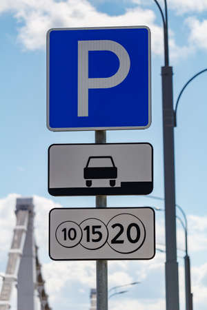 Road sign Paid parking against blue sky in sunny day closeup Foto de archivo