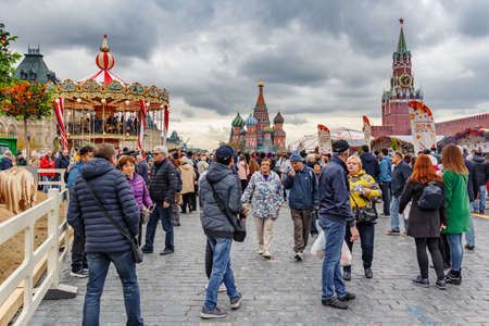 Moscow, Russia - October 05, 2019: Territory of a traditional festival Golden Autumn on Red Square in Moscow. View at cloudy autumn day Éditoriale