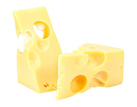 Debout et couché deux morceaux triangulaires de fromage Maasdam isolé sur fond blanc