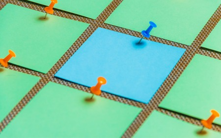 Stationary, Blank Green Blue Sticker Pined on Brown Board. Time-management, Planning. Stockfoto