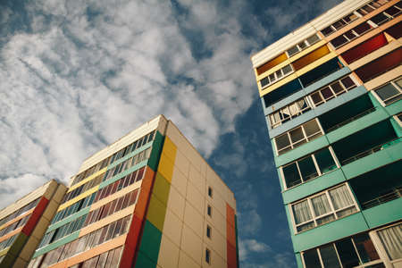 Residential Building on sky background. Colorful Facade of a modern housing construction with of balconies. Banque d'images