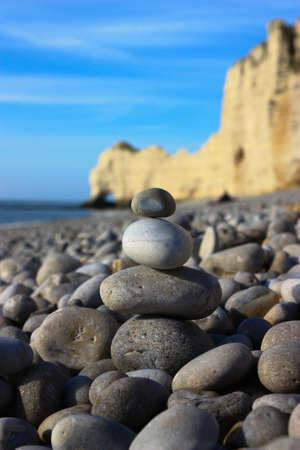 beach shingle: Spiaggia di ghiaia con pietre impilate Archivio Fotografico