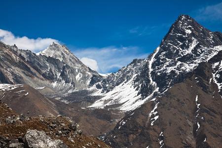 美麗的山脈在一個陽光明媚的一天徒步到珠峰大本營尼泊爾
