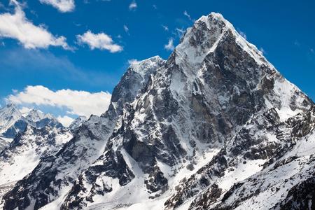 喜馬拉雅山脈喬拉傑峰和Tabuche山頂藍天白雲陽光明媚的日子 版權商用圖片