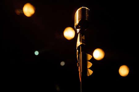microfono antiguo: Antiguo micr�fono contra el fondo del grunge