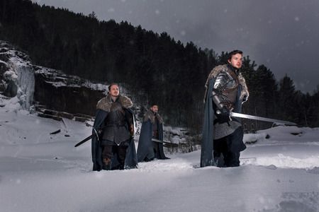 cavaliere medievale: Cavalieri medioevali preparano per la battaglia