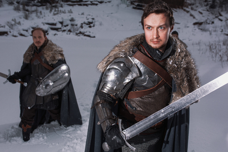 caballero medieval: Caballeros medievales se preparan para la batalla