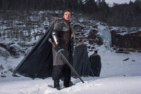 guerrero: Caballero medieval con la espada en la armadura Foto de archivo