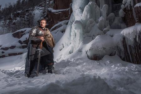 rycerz: Średniowieczny rycerz z mieczem w zbroi