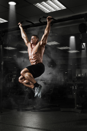 Spier atleet man in sportschool die verhogingen maakt. Bodybuilder training in de sportschool