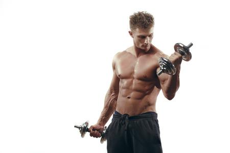 Gespierde fitness bodybuilder man met grote lichaamsbouw doen oefeningen met halters geïsoleerd op witte achtergrond Stockfoto