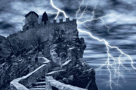 castle rock: Castillo oscuro, rodeado por un rayo  Foto de archivo